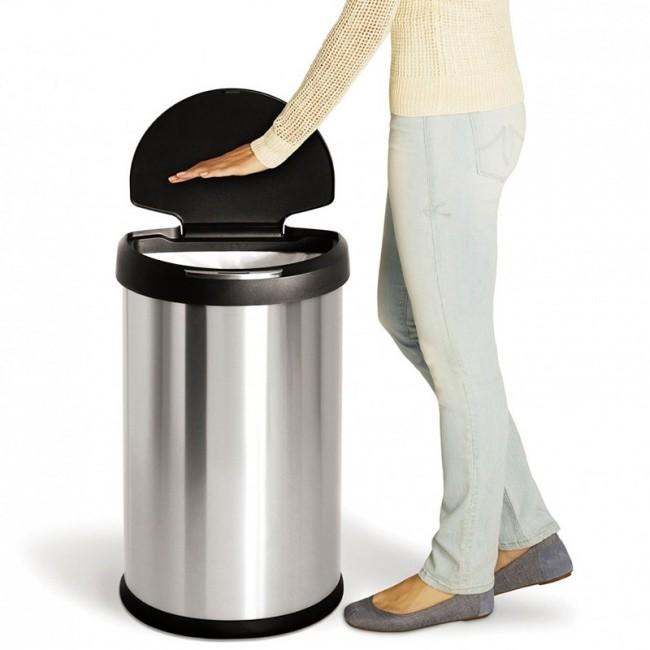 Este basurero tiene un sensor y bastará con un movimiento con la mano para abrirlo de manera automática.