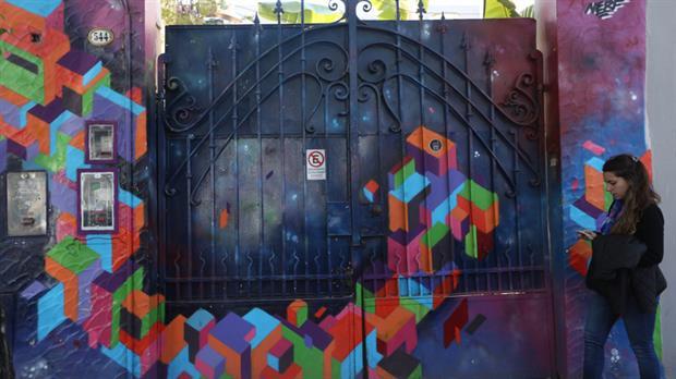 El portón de Martín y Omar 544, donde vivían los Puccio y hoy hay un taller de diseño. Foto: Daniel Jayo