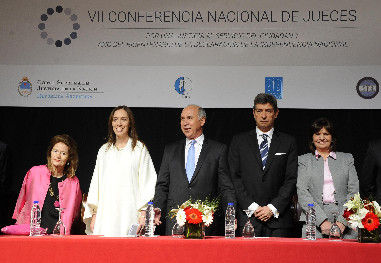 """DYN11, LA PLATA, 27/10/2016, EL PRESIDENTE DE LA CORTE SUPREMA RICARDO LORENZETTI, LA GOBERNADORA MARIA EUGENIA VIDAL, ELENA HAYHTON DE NOLASCO, HORACIO ROSATTI Y LA MINISTRA PATRICIA BULLRICH EN LA INAUGURACIÓN DE LA VII CONFERENCIA NACIONAL DE JUECES """"POR UNA JUSTICIA AL SERVICIO DEL CIUDADANO""""ORGANIZADA POR LA CORTE SUPREMA, EN LA CIUDAD DE LA PLATA. FOTO:DYN/SALVADOR SANTIAGO."""