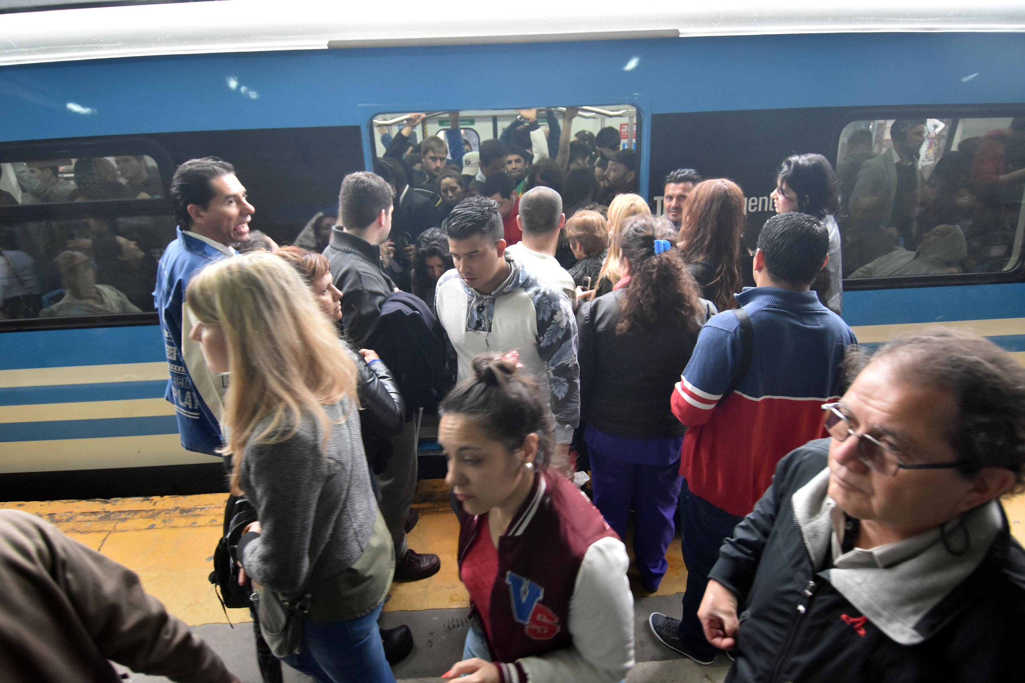 DYN20,LOMAS DE ZAMORA, BUENOS AIRES, 26/10/2016, PASAJEROS ESPERAN LA  RENAUDACION DE LOS SERVICIOS POR  PARO DE TRENES DE LA LINEA ROCA. FOTO:DYN/LUCIANO THIEBERGER.