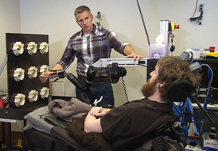 Robert Gaunt, de la Universidad de Pittsburgh, realizando una prueba a Copeland
