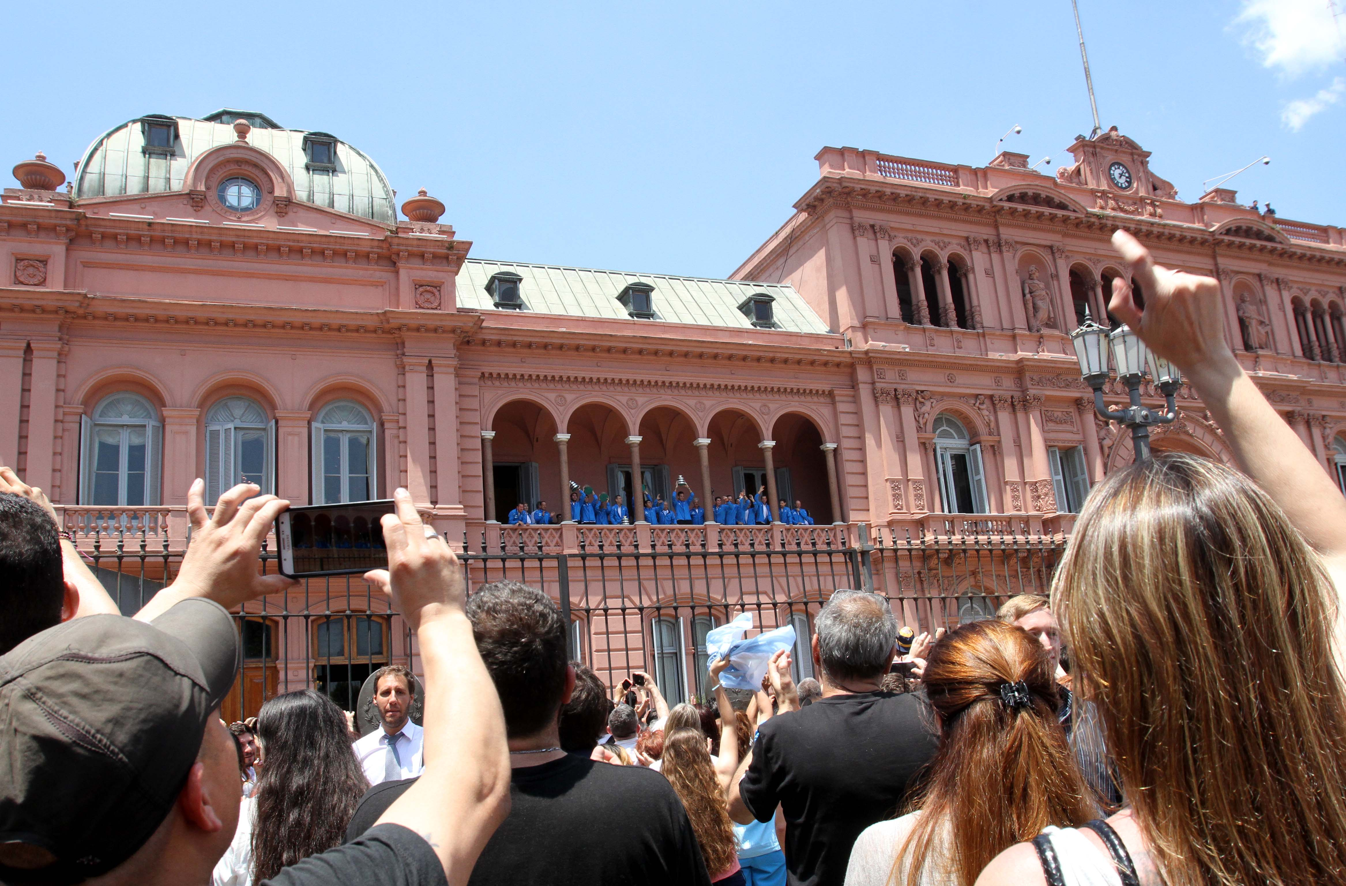 DYN29, BUENOS AIRES 29/11/16, EL EQUIPO CAMPEON DE COPA DAVIS, SALUDA DESDE EL BALCON DE CASA ROSADAFOTO.DYN/LILIANA SERVENTE.