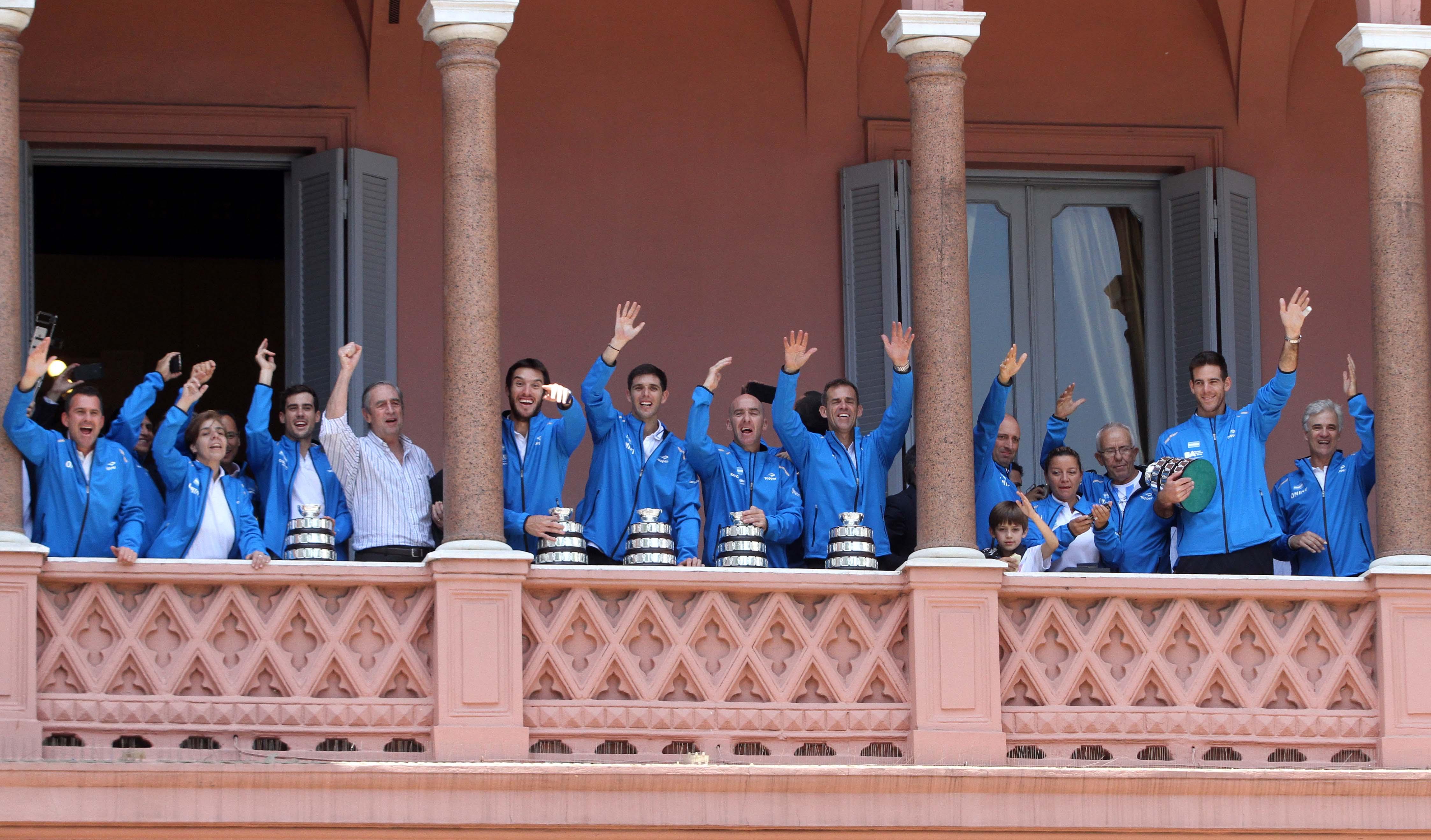 DYN31, BUENOS AIRES 29/11/16, EL EQUIPO CAMPEON DE COPA DAVIS, SALUDA DESDE EL BALCON DE CASA ROSADAFOTO.DYN/LILIANA SERVENTE.