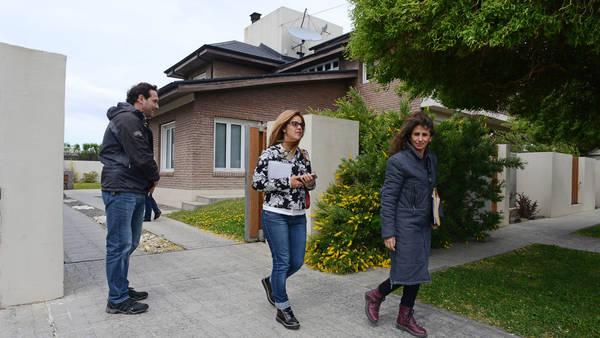 Las arquitectas saliendo de la casa de Cristina Kirchner