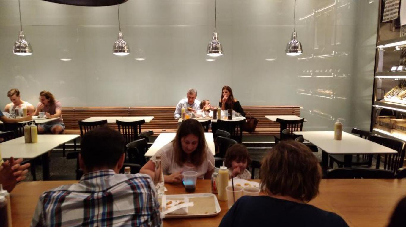 Macri, Awada y Antonia, cenando en una hamburguesería. Crédito: Gentileza TN.com.ar