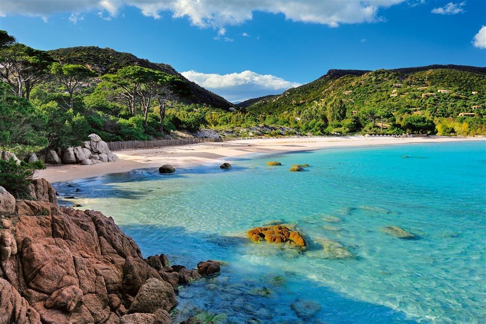 Palombaggia. Córcega (Francia): el extremo sur de la alargada isla de Córcega reúne playas que, como la de Palombaggia, ejemplifican el Mediterráneo más puro. Bajo la sombra de los pinos se descubren los juegos de luz que el sol crea sobre las rocas y la espuma de las olas.
