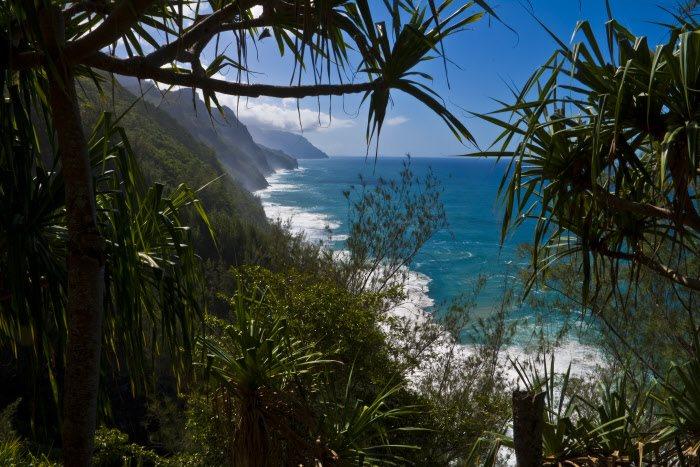 Ke'e Beach, Hawai: Kauai, la isla geológicamente más antigua y más al norte del archipiélago hawaiano, posee una costa muy diversa con acantilados que se desploman en el océano y playas protegidas por el arrecife de coral. Ke'e Beach, en el norte, reúne poderosos atractivos: una laguna sin oleaje y fondos rocosos con multitud de peces y tortugas marinas.