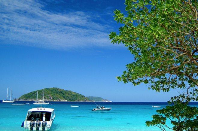 Ko Similan, Tailandia: Archipiélago y parque nacional, las nueve pequeñas islas de Similan –en lengua malaya, similan significa nueve– son un paraíso en medio del mar de Andamán. Cercanas a la popular Phuket pero más vírgenes, son las favoritas de los amantes del submarinismo por la transparencia de sus aguas y por la biodiversidad que habita su fondo marino.