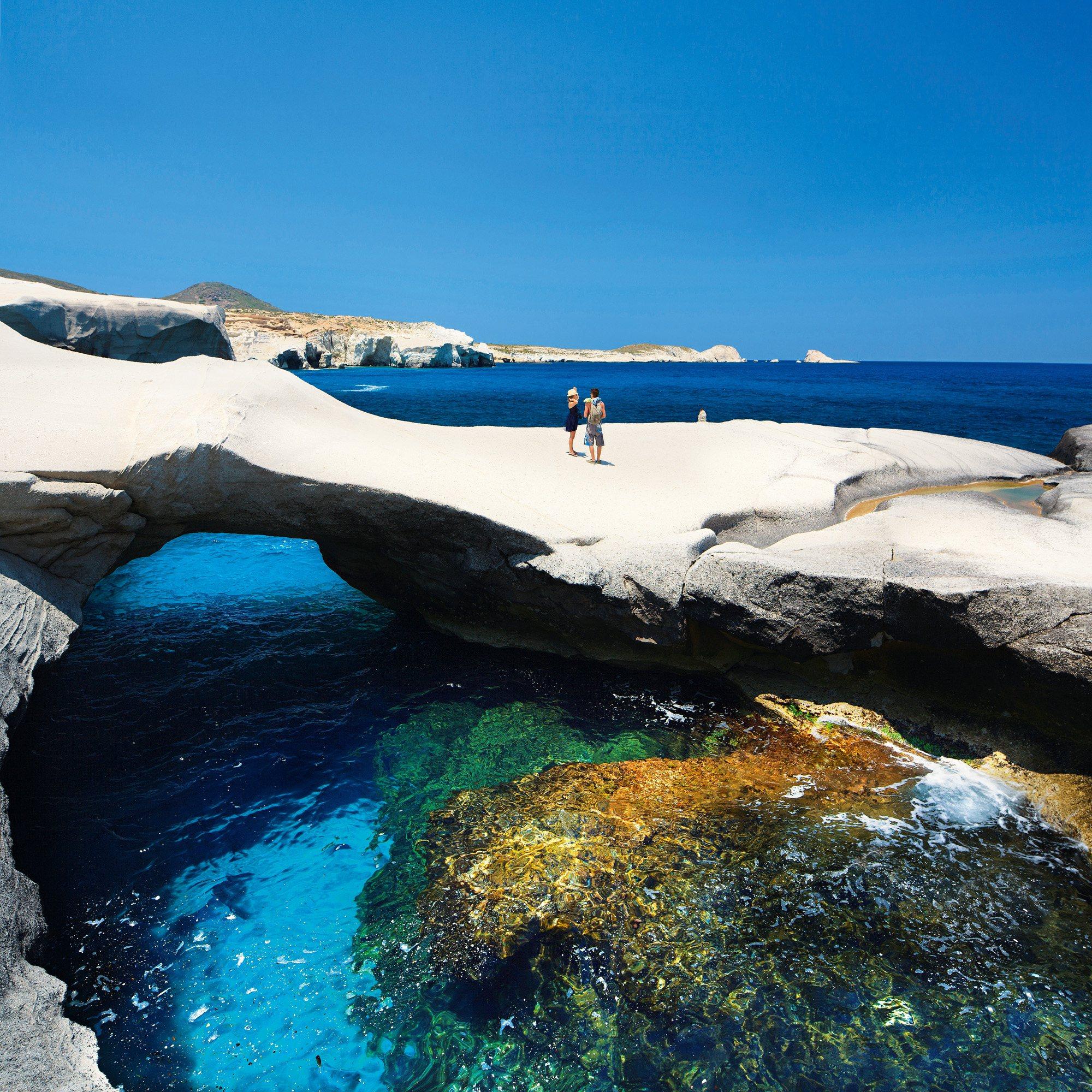 Sarakiniko, Isla de Milo, Grecia: esta playa de la costa norte de la isla de Milo, en el archipiélago de las Cícladas, debe su fama mundial a las formas que el viento y el agua han labrado en la roca volcánica y que han dado origen a su célebre apodo de «playa lunar». Milo es solo una de las más de 200 islas Cícladas, en pleno mar Egeo, entre las que también se cuentan Naxos, Paros, Mikonos y la imponente Santorini.