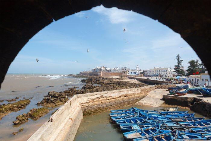 Essauira, Marruecos: los aficionados al surf y al windsurf no dudan en afirmar que las playas de Essauira son las mejores para disfrutar del bravo oleaje atlántico. Desde las murallas de esta ciudad Patrimonio de la Humanidad, se consigue una vista espléndida de los largos arenales que la rodean y de la isla de Mogador emergiendo por poniente.