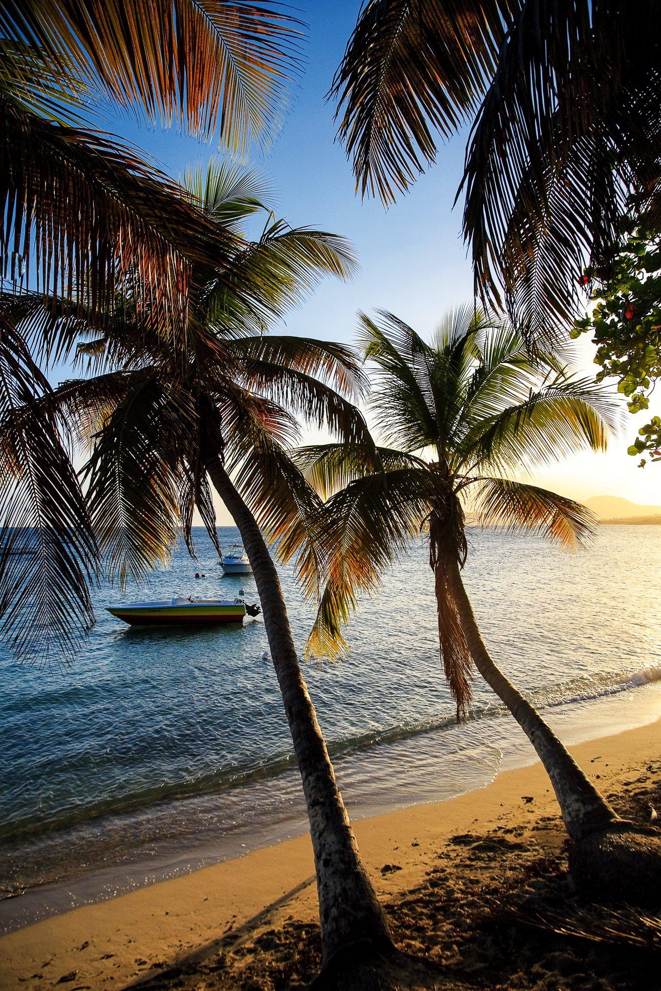 Aguadilla, Puerto Rico: el vértice noroeste de la isla de Puerto Rico guarda la atractiva playa de Aguadilla, una lengua de arena bordeada por palmeras que se tiñen de naranja cuando el sol empieza a hundirse en el Caribe. Submarinismo, snorkel, paseos a pie, windsurf... Aguadilla y la cercana isla de Culebra ofrecen mil actividades para aprovechar al máximo los días.