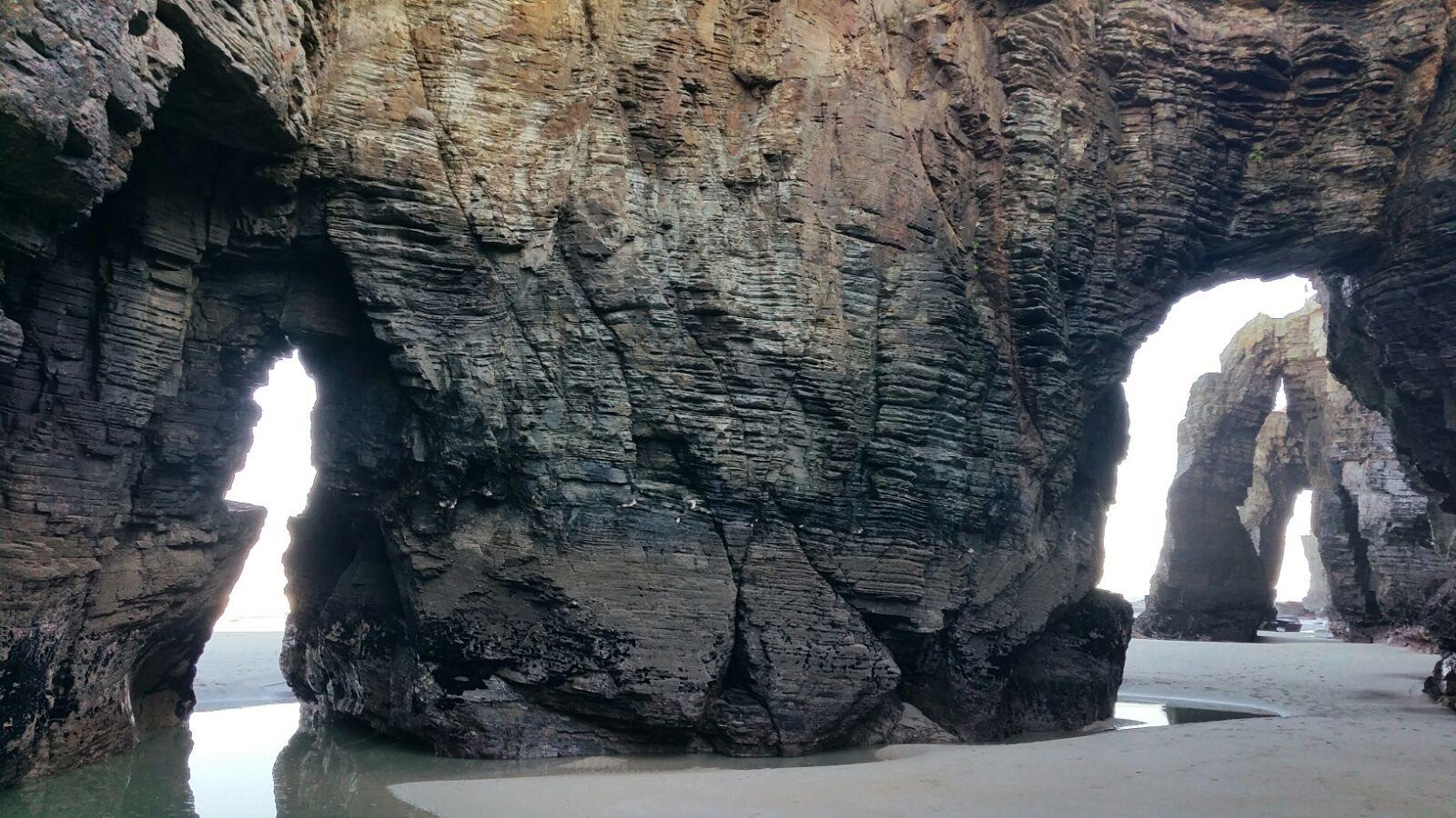 As Catedrais, Lugo: ubicada sobre el mar Cantábrico, en la provincia gallega de Lugo, As Catedrais debe su nombre –y su presencia en la lista de las playas más bellas del planeta– a los curiosos arcos de hasta 30 metros de alto y a las cuevas que la erosión del mar y el viento ha esculpido en la roca.
