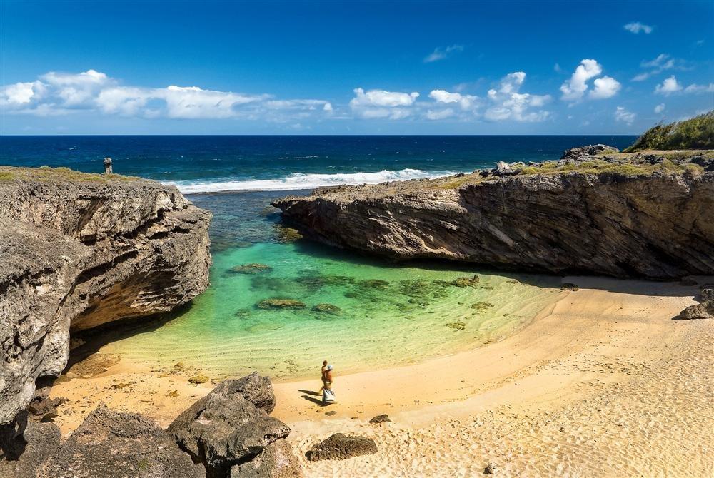 Trou d'Argent. Isla Rodrigues (Mauricio): esta esmeralda de agua, engastada entre rocas como una piscina natural, es una de las joyas de Isla Rodrigues, perteneciente a la República de Isla Mauricio y, geológicamente, al archipiélago de las Mascareñas. Un arrecife de coral abraza casi por completo la isla y la protege del oleaje del Índico.