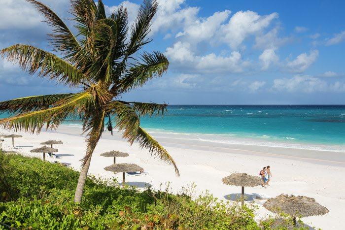 Pink Sand Beach, Bahamas: su nombre ya es una invitación a los sentidos, ya que cuenta con una playa de arena rosa, enclavada en pleno mar Caribe, en la isla de Harbour. A lo largo de sus cinco kilómetros de longitud, millones de corales y conchas pulverizados han extendido una alfombra de tonos rosados que brillan cuando las olas la bañan.