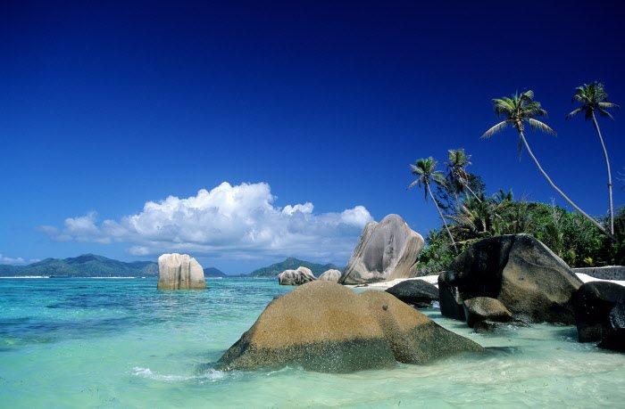 La Digue, Seychelles: grandes bloques de granito se esparcen por la arena y la orilla de las playas de esta isla con forma de lágrima. Dominada por la colina del Nid d'Aigle (300 m), La Digue se localiza a media hora en catamarán desde la isla de Praslin, solo tiene una carretera asfaltada y apenas hay vehículos a motor.