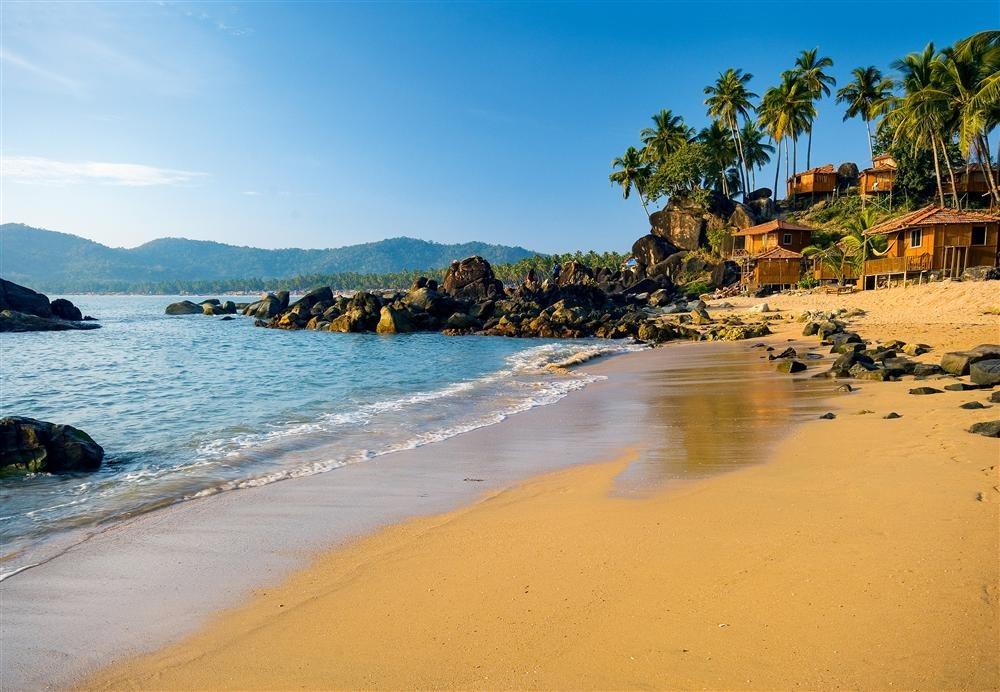 Palolem. India: el cálido mar de Arabia baña esta playa del estado indio de Goa, en la costa oeste. Su lengua de arena de 1,6 km se encuentra delimitada en ambos extremos por dos grandes rocas. Hasta hace poco, las casas (shacks) y las barcas de pescadores eran la única evidencia humana en Palolem, pero recientemente ha surgido una incipiente infraestructura turística, en parte gracias a su aparición en la película El mito de Bourne (2004).