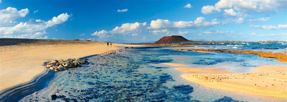 Playa de Corralejo. Fuerteventura: largos arenales colorean de tonos dorados el litoral norte de Fuerteventura, una de las zonas más seductoras y con mayor valor ecológico de las Canarias.