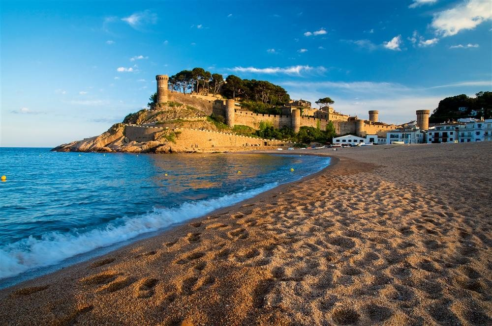 Tossa de Mar. Girona: la Costa Brava abarca el litoral de la provincia de Girona, desde Blanes hasta Portbou. Considerada uno de los mayores atractivos naturales de la Península Ibérica, sus playas concentran toda la esencia del Mediterráneo.