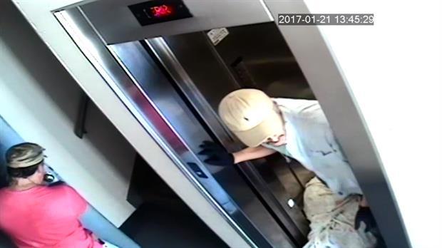 El traslado del cadáver en el ascensor.