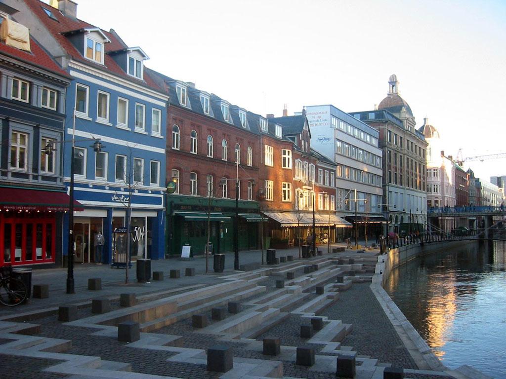 Dinamarca: el país más feliz del mundo según la World Happiness Report es un buen destino para descubrir durante las vacaciones. Su capital, Copenhague, es una de las ciudades más vivas de su territorio donde el mundo de Hans Cristian Andersen cobra vida. También Aarhus es un buen destino para visitar en 2017, ya que además de ser la segunda ciudad más grande de Dinamarca, este año destaca por ser la Capital Europea de la Cultura.