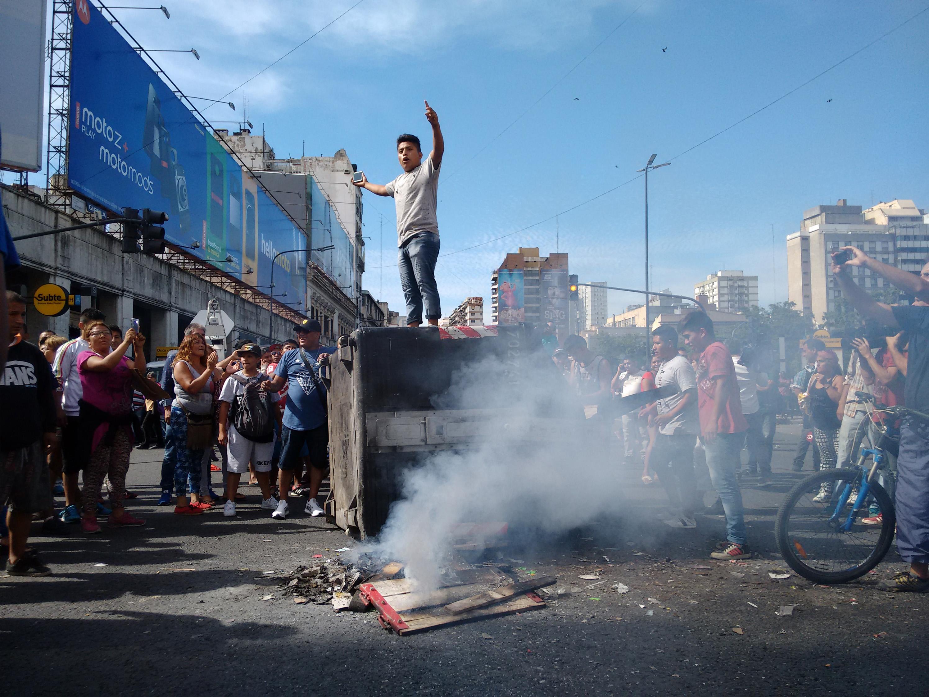 DYN10, BUENOS AIRES, 10/01/2017, MANTEROS DEL BARRIO DE ONCE PROTESTAN POR DESALOJO. FOTO:DYN/ALBERTO RAGGIO.