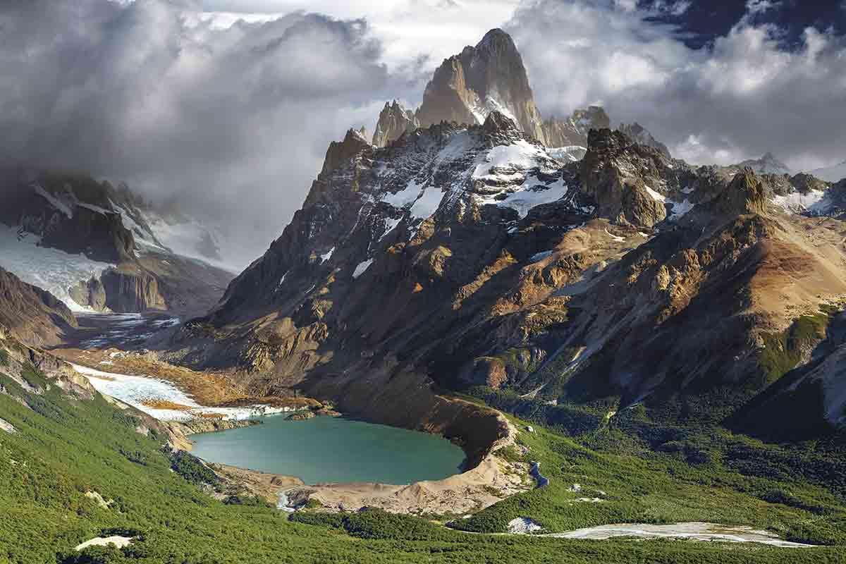 Este pico de 3.405 metros, el monte Fitz Roy, es el emblema de los Andes más agrestes y salvajes. Desde El Chaltén parten itinerarios que se acercan a su base y también las rutas que suben a la cumbre.