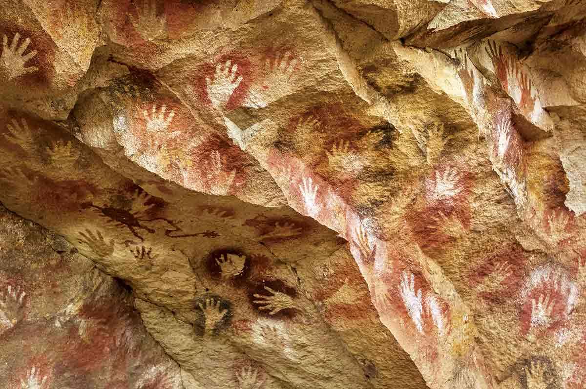 El sitio arqueológico Cueva de las Manos alberga el conjunto de pinturas más destacado, con 600 metros cubiertos de representaciones de animales, escenas de caza, negativos de manos y figuras abstractas.
