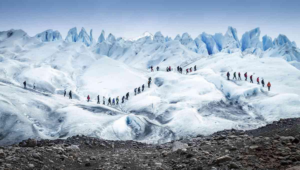 Las caminatas de un par de horas por el Perito Moreno permiten acercarse al fascinante mundo de los glaciares.