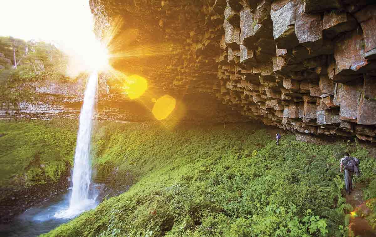 En Villa la Angostura, la cascada de Santa Ana salta 50 metros entre rocas basálticas y helechos. Es uno de los mayores atractivos de esta localidad situada a 70 kilómetros de Bariloche.