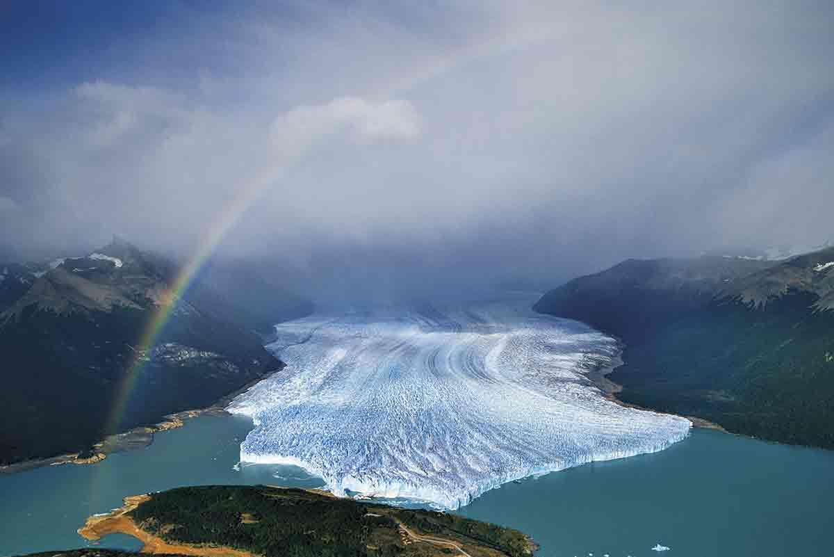 Con un frente de 5 kilómetros de longitud y unos 60 metros de alto, el glaciar Perito Moreno más famoso de la Patagonia vuelca sus hielos en el brazo sur del Lago Argentino.
