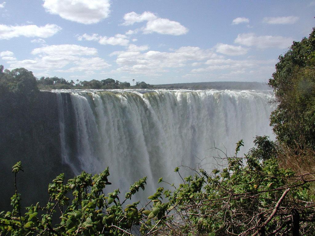Zimbabwe: el nuevo aeropuerto internacional Victoria Falls, inaugurado en el 2016, tiene como objetivo mejorar las infraestructuras de este país cuyo principal atractivo radica en las cataratas Victoria, situadas en la frontera con Zambia. Un paso importante para Zimbabwe que, desde hace unos años, parece estar enfocado en atraer nuevos turistas y en mostrar las maravillas del país.