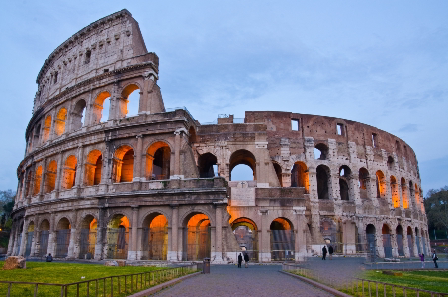 El Coliseo es el principal símbolo de Roma, una imponente construcción que, con casi 2.000 años de antigüedad, os hará retroceder en el tiempo para descubrir cómo era la antigua sociedad del Imperio Romano.