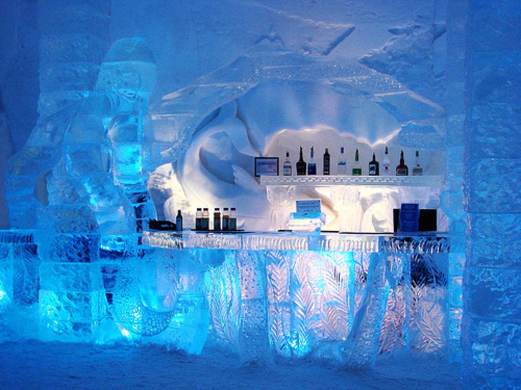 Siendo el mayor del mundo levantado con hielo, este hotel situado en Jukkasjarvi, Suecia, cuenta con una superficie interior de 5.000 metros cuadrados, capaz de atender a 150 huéspedes por noche.