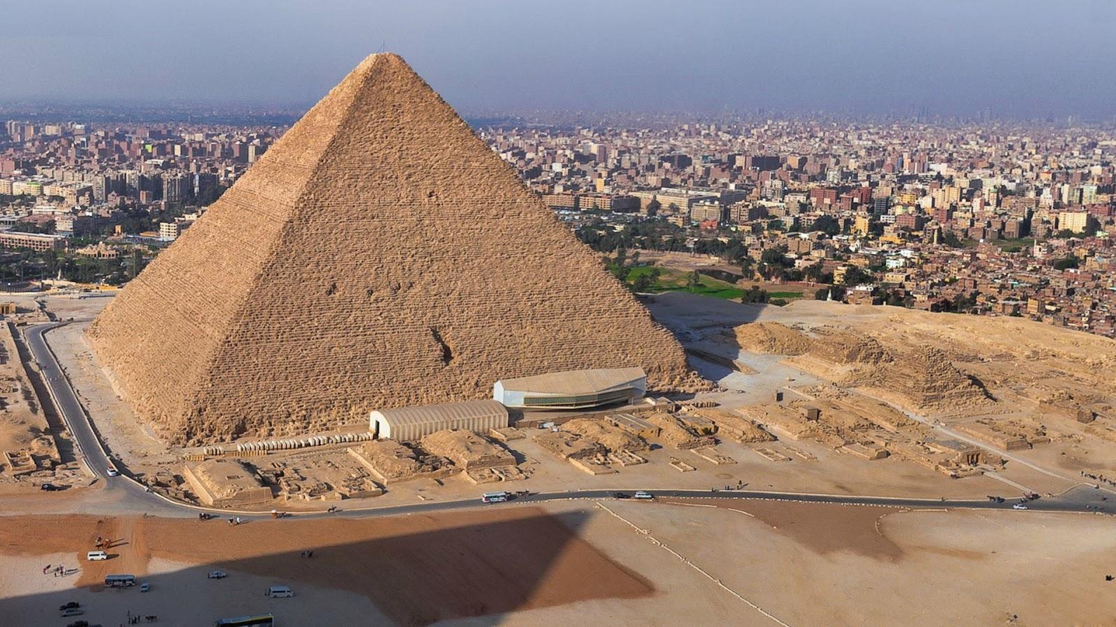 Es la construcción de piedra mas grande del mundo y fue construída durante el reinado del segundo faraón Keops (aproximadamente 2.670 antes de nuestra era) en el reino de Egipto. El perímetro original de la base cuadrada es de 230 metros, ocupando una superficie de 52.900 metros cuadrados.