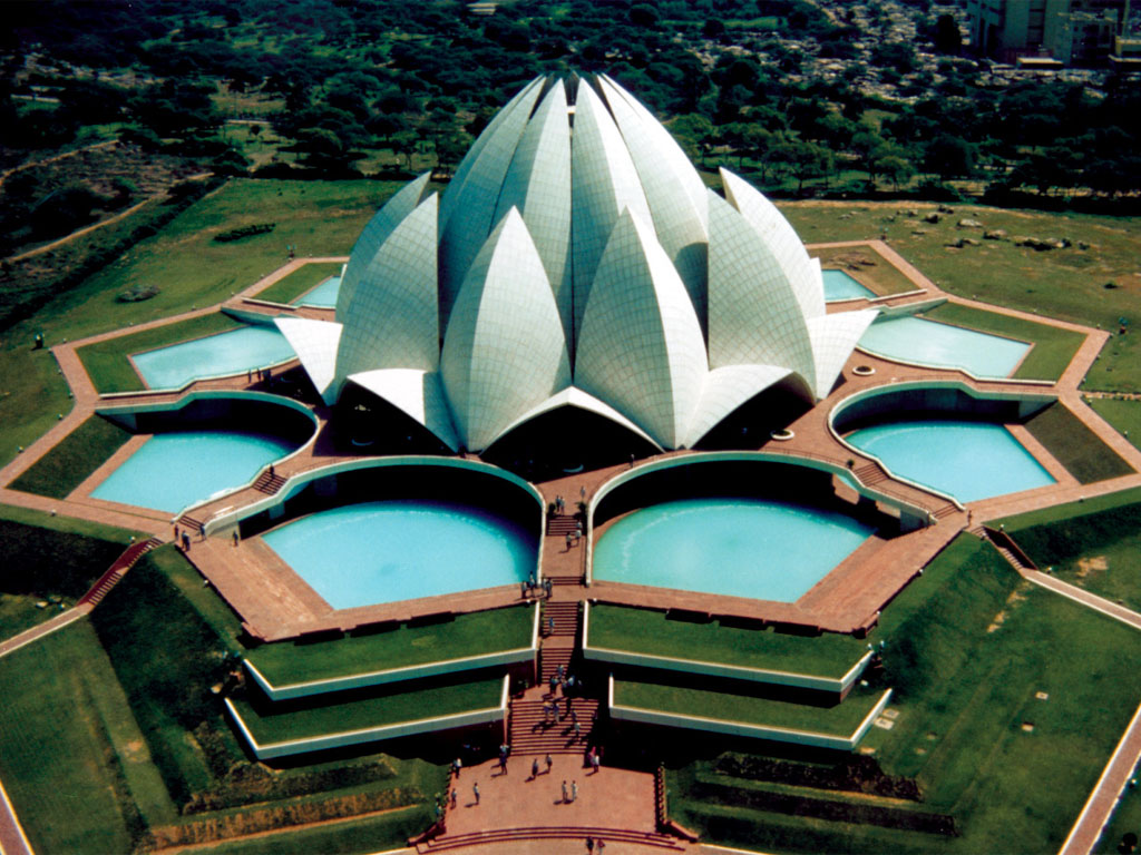 La Casa de adoración Bahá'í en Delhi, India, popularmente conocida como templo del Loto, por su forma de flor. El edificio fue completado en 1986 y sirve de templo madre en el subcontinente Indio.