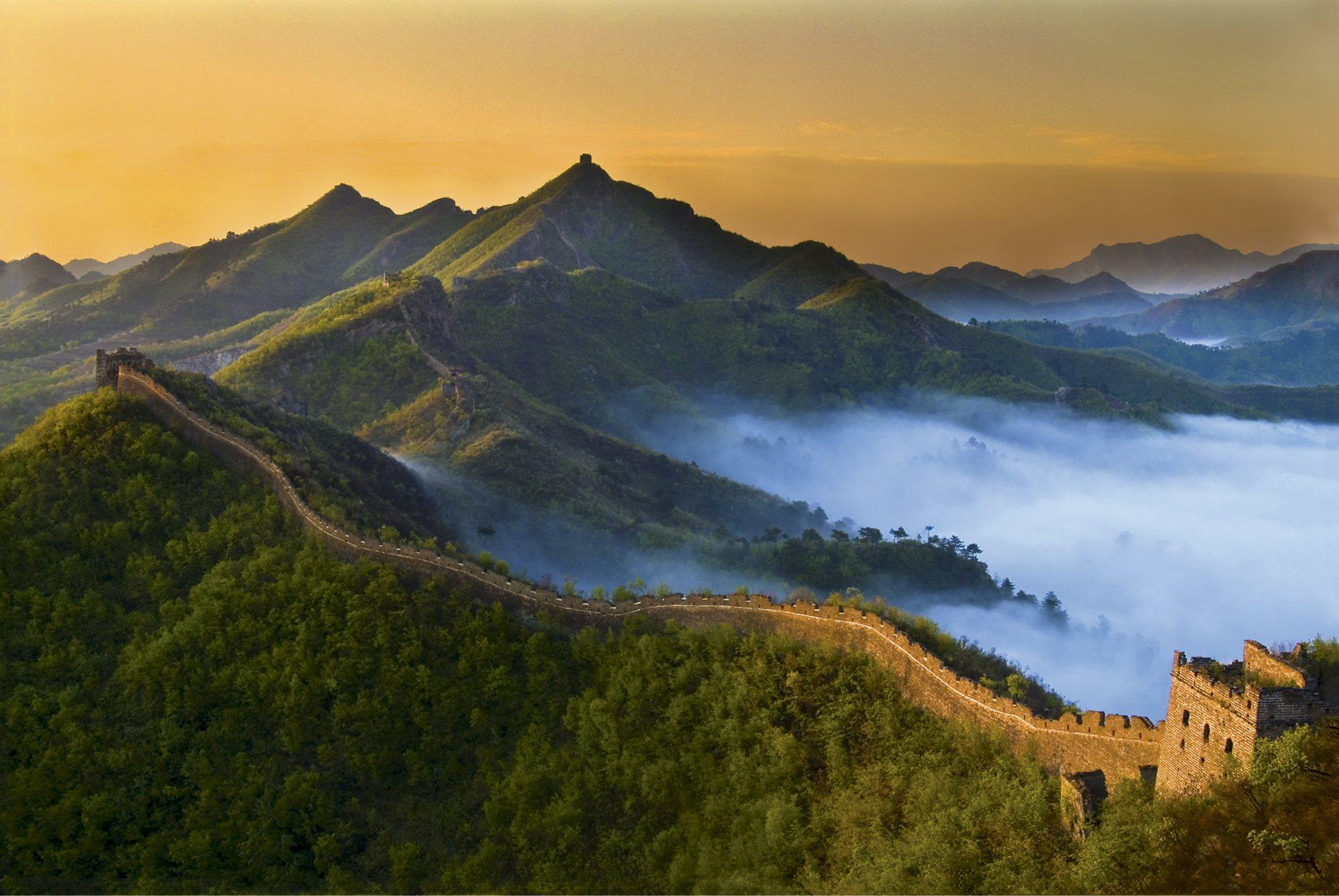 """Esta muralla atraviesa las montañas escarpadas del norte de China, a lo largo de 6.700 Kilómetros. Su construcción se inició en el período de las Primaveras y Otoños y de los Estados Combatientes. Es una obra antigua de defensa militar, difícil de encontrar en la historia arquitectónica humana. Elogiada como la """"octava maravilla del mundo"""", ha sido incluida por la UNESCO en el catálogo de patrimonio cultural mundial."""