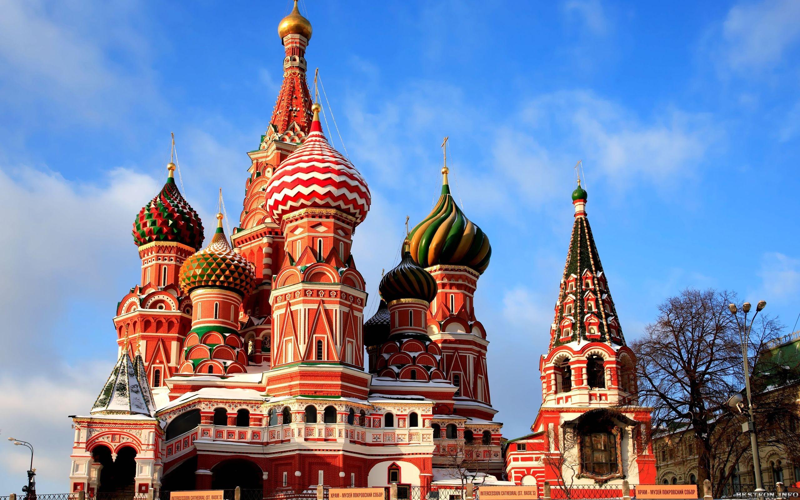 Es uno de los edificios más icónicos de Moscú en Rusia. Está ubicada en el corazón de la Plaza Roja, la plaza más famosa de Moscú en el barrio comercial conocido como Kitay-górod. Esta construcción cuyas cúpulas en forma de bulbo con colores vivos contrastan con sus paredes rojas, es reconocida mundialmente.