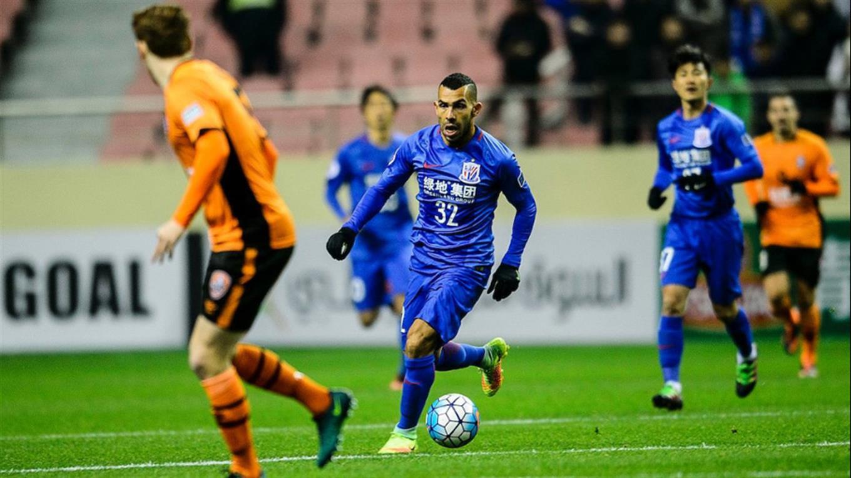 Tevez en su debut oficial con la camiseta del Shenhua Shanghai.