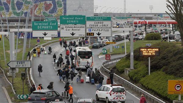 Miles de pasajeros abandonaron la terminal