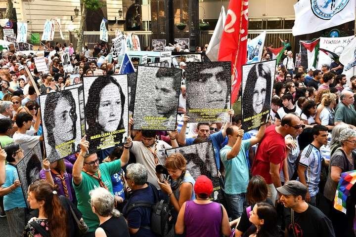 Cientos de personas marchan el 24/03/2017 en Buenos Aires, Argentina, en el Día de la Memoria, a 41 años del golpe de Estado que sufrió el país.