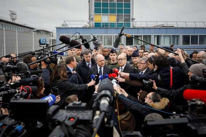 Los ministros franceses de Interior, Bruno le Roux, y de Defensa, Jean-Yves le Drian, fueron los encargados de hablar con la prensa en el aeropuerto.