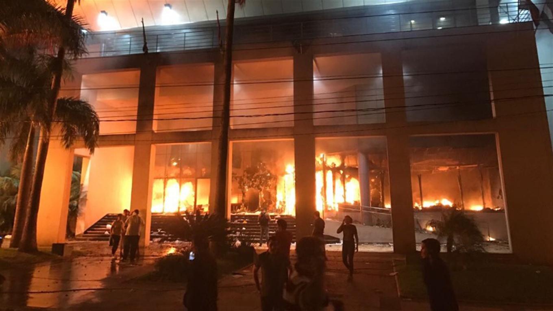 Un grupo de senadores oficialistas de Paraguay aprobó ayer la reelección presidencial en una reunión a puertas cerradas en una oficina, lo que desató acusaciones de quiebre institucional por parte de legisladores opositores.