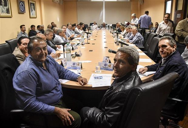 Sonrisas en el inicio de la reunión del consejo directivo; después el clima se caldeó. Foto: DyN