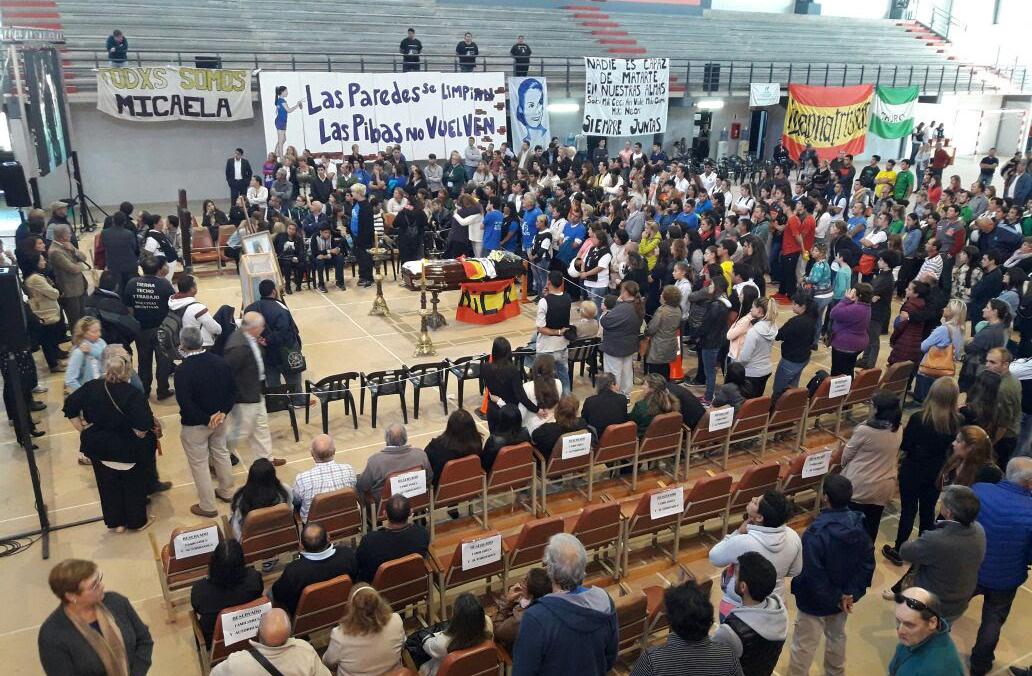 DYN20, ENTRE RIOS-CONCEPCION DEL URUGUAY 11/04/17, LOS RESTOS MORTALES DE MICAELA GARCÍA, ASESINADA EN ENTRE RÍOS, ERAN DESPEDIDOS DESDE ESTA MAÑANA EN EL CENTRO DE EDUCACIÓN FÍSICA (CEF) DE CONCEPCIÓN DEL URUGUAY POR CENTENARES DE PERSONAS, ENTRE FAMILIARES, AMIGOS Y GRAN CANTIDAD DE MILITANTES DEL MOVIMIENTO EVITA, DEL QUE LA JOVEN FORMABA PARTE.FOTO.DYN/DIARIO LA CALLE.