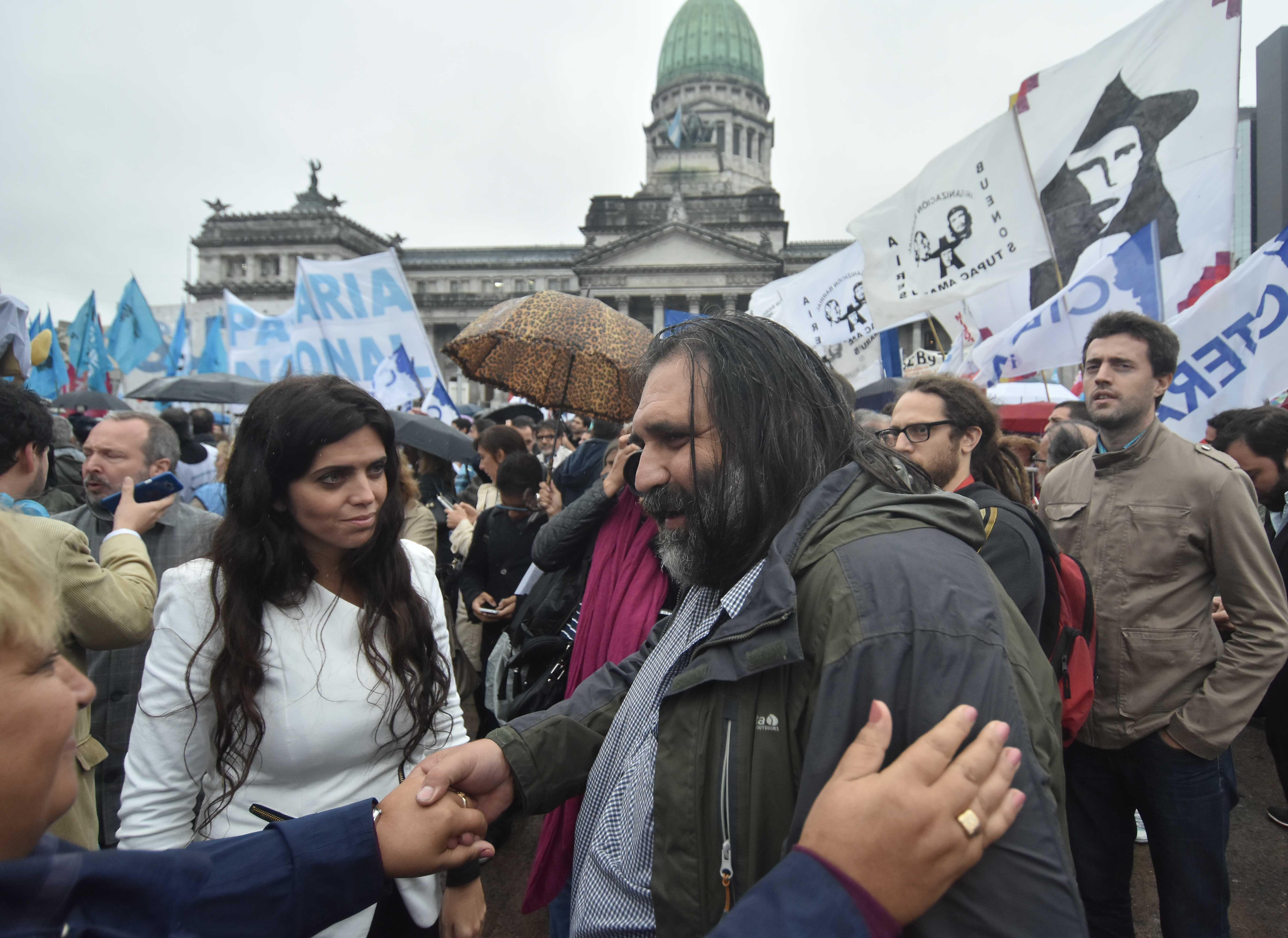 DYN26, BUENOS AIRES 10/04/17, DOCENTES REALIZAN ABRAZO A LA ESCUELA ITINERANTE EN LA PLAZA DE LOS DOS CONGRESOS.FOTO:DYN/TONY GOMEZ