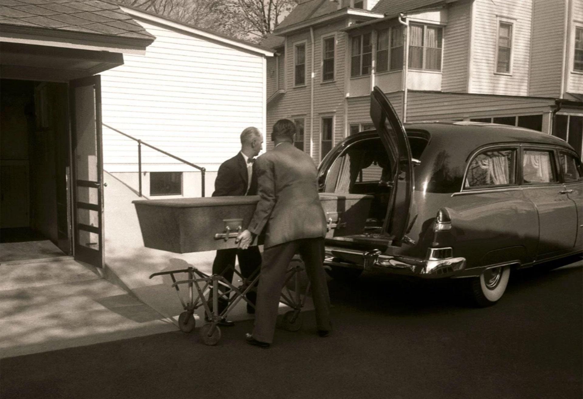 El sencillo ataúd con los restos de Albert Einstein es trasladado de una casa funeraria al crematorio de Princeton.