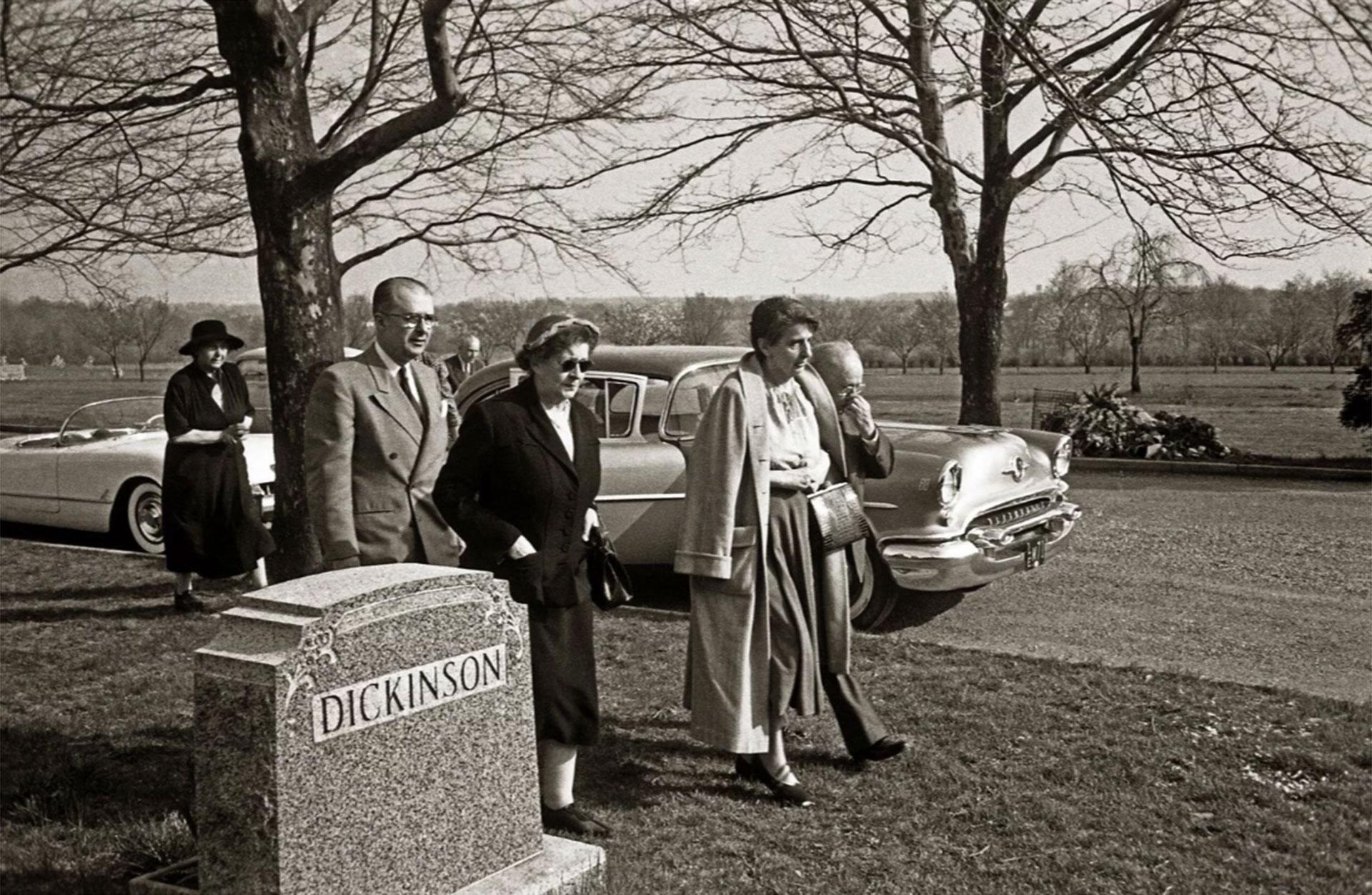 Hans Einstein, el primero desde la izquierda. Fue quien llamó a Life para que no se publicaran las fotografías