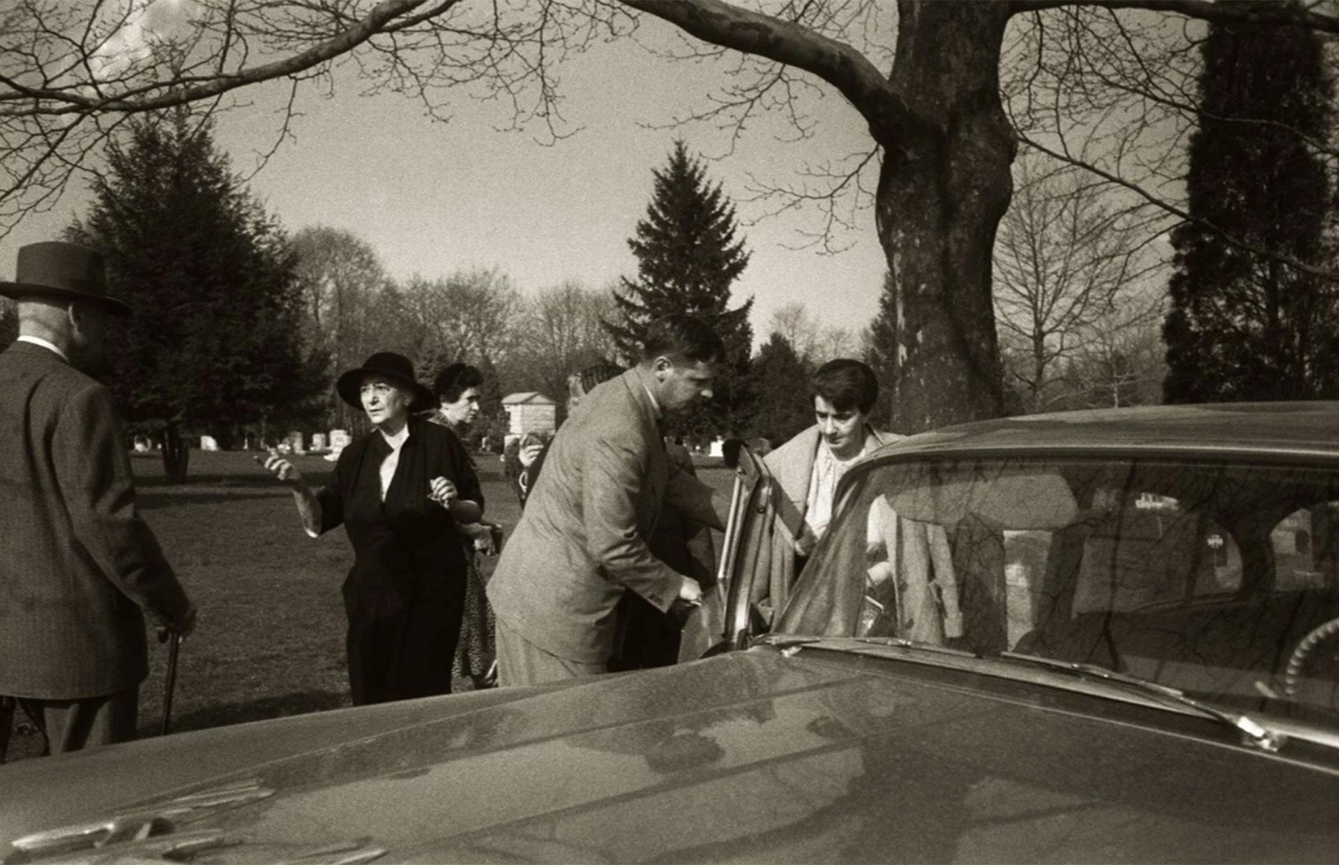 La secretaria de Einstein, Helen Dukas, ingresa al automóvil tras el breve servicio fúnebre.