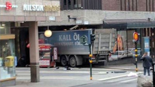 Este es el camión que se estrelló contra el centro comercial