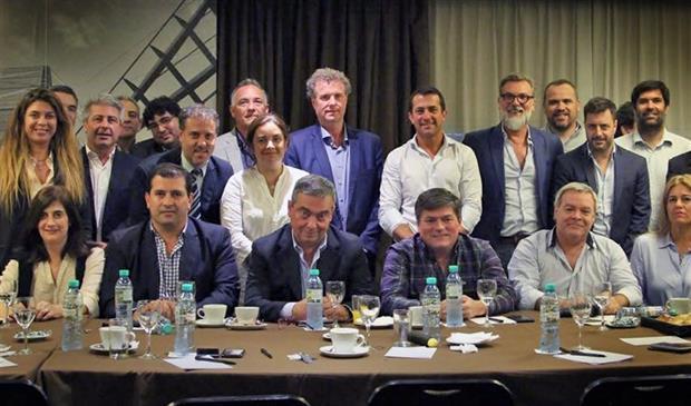 Barragán, Milman, Gribaudo y Yans, de pie en el centro de la foto de la cena en el Savoy.